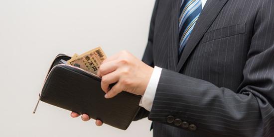 支払いをするスーツの男性